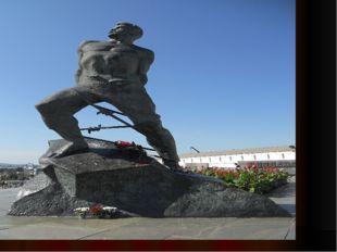 В память о великом жителе города Казань в 1966 году на площади 1 Мая поставл