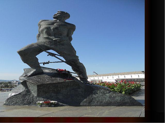 В память о великом жителе города Казань в 1966 году на площади 1 Мая поставл...