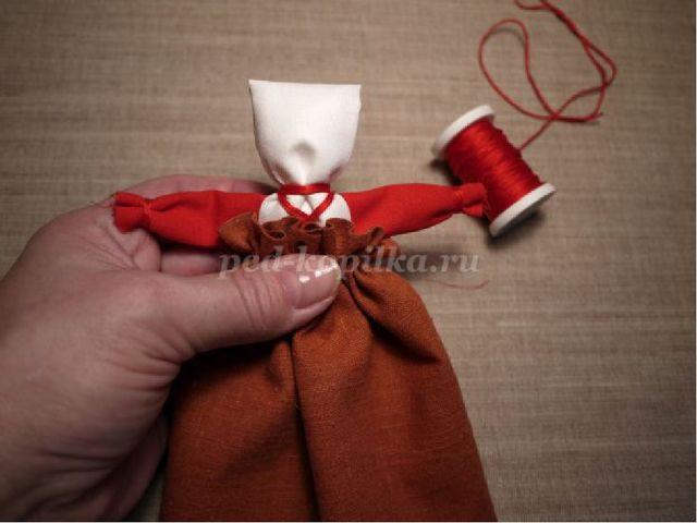 4. Теперь нужно куколку нарядить: надеваем нижнюю юбку. Начинаем сзади, форм...