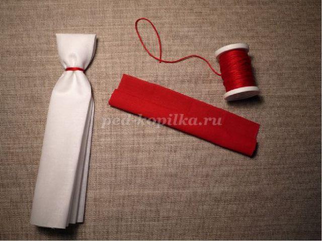 3. Делаем ручки. С двух сторон складываем ткань к центру (так же, как и скру...