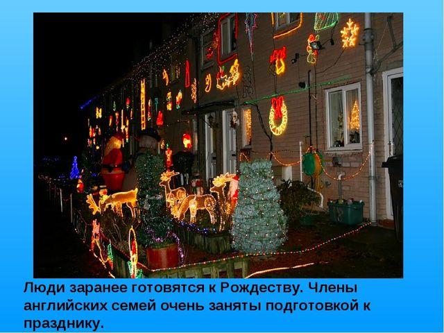 Люди заранее готовятся к Рождеству. Члены английских семей очень заняты подго...