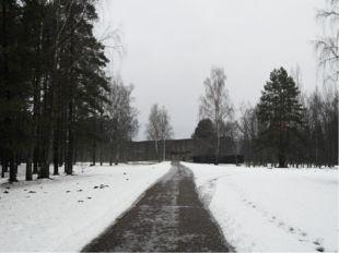 Гигантская надломленная балка. Центральный вход в мемориальный комплекс