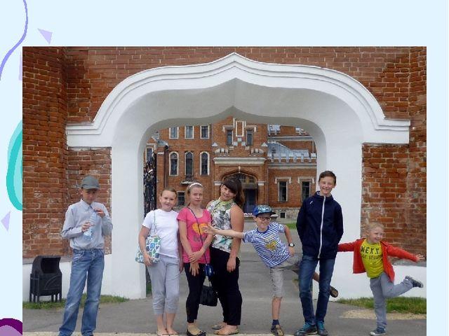 23 июня. Прогулка по замку. На фоне замка снимок на память
