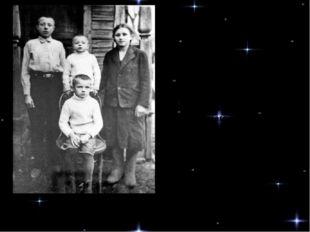 Дети Гагариных: Юра (сидит), Валентин, Борис, Зоя Детство Юрия прошло в дере