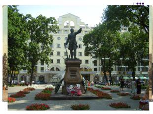 В это время все каменные здания в России строили и украшали в строгом классич