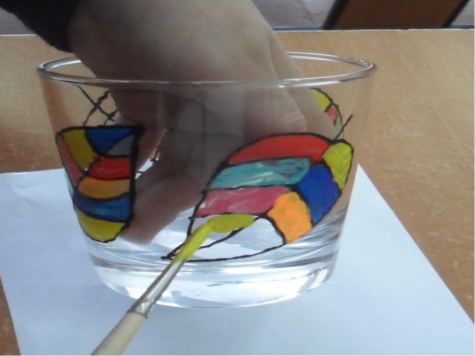 Шестой шаг. Заполнить крупные детали рисунка цветными красками и дать им полн...
