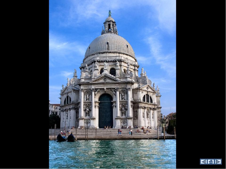 Центральный алтарь базилики украшен мраморными статуями на тему чудесного изб...
