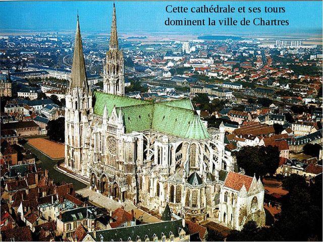 Cette cathédrale et ses tours dominent la ville de Chartres