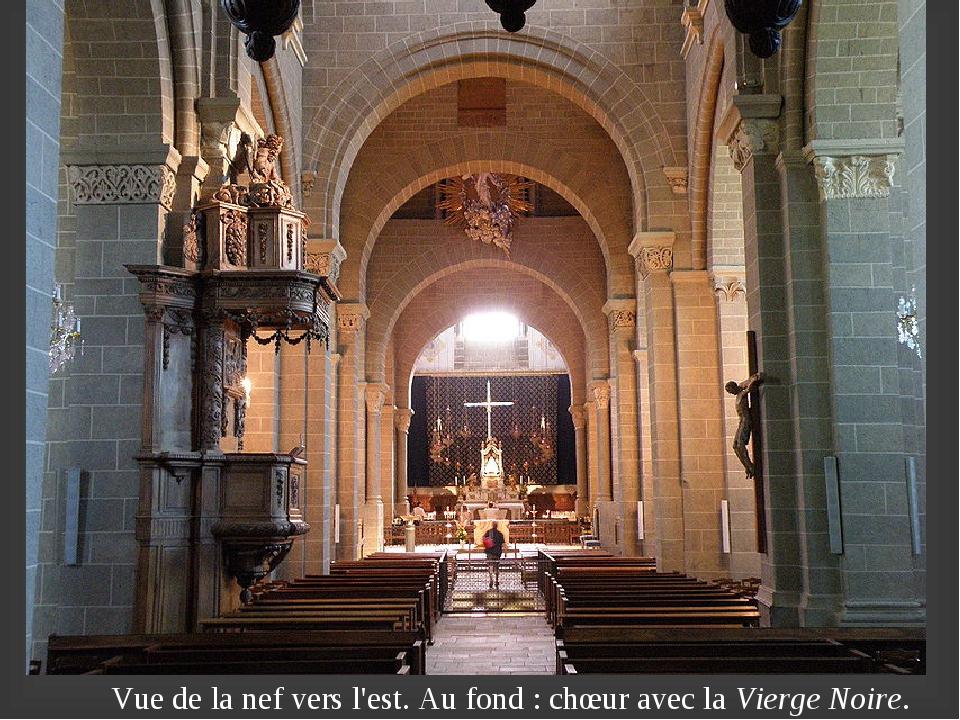 Vue de la nef vers l'est. Au fond: chœur avec laVierge Noire.