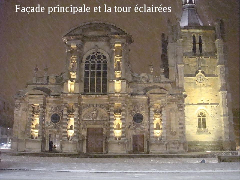 Façade principale et la tour éclairées