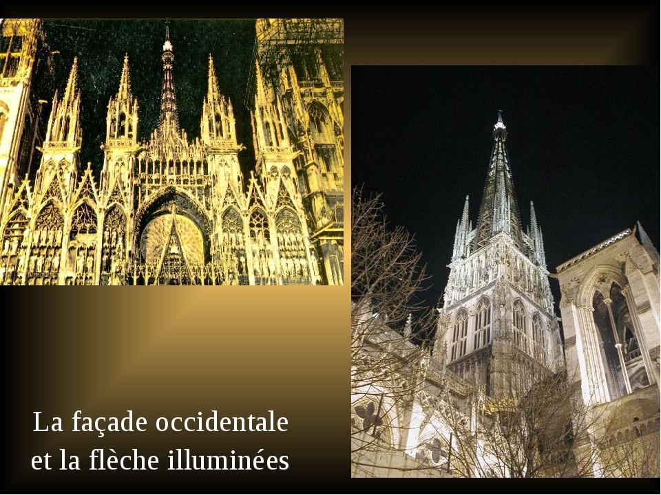 La façade occidentale et la flèche illuminées