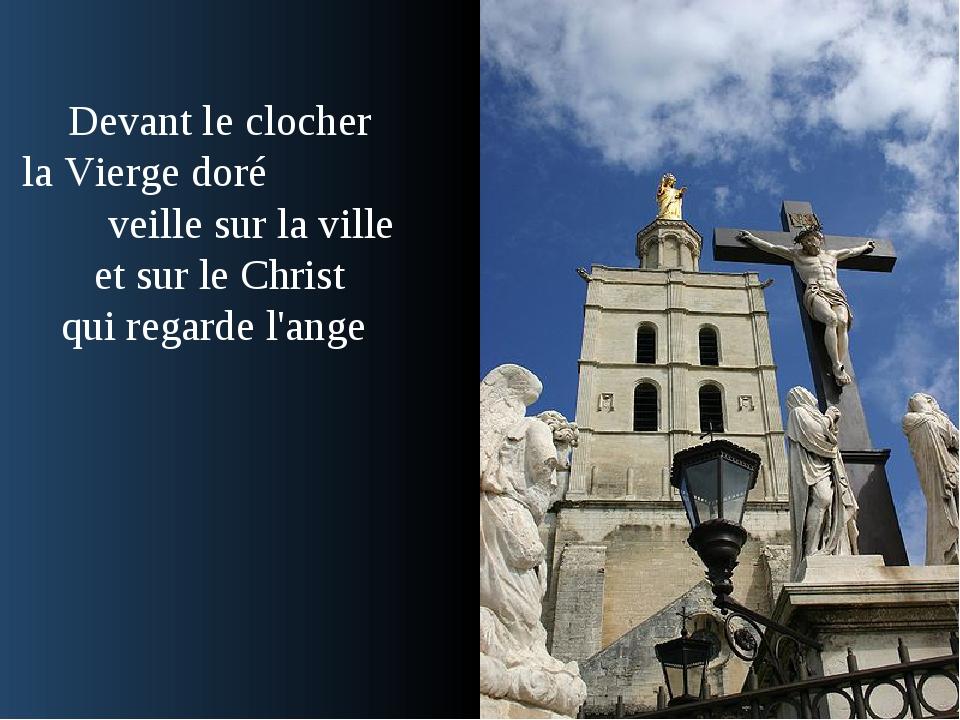 Devant le clocher la Vierge doré veille sur la ville et sur le Christ qui reg...
