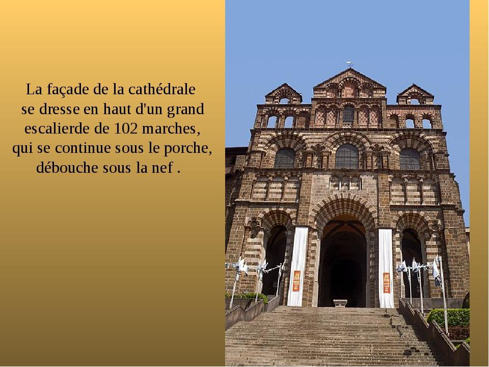 La façade de la cathédrale se dresse en haut d'un grand escalierde de 102 mar...