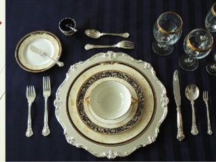 Слева выкладывают две или три вилки, а справа — ножи. Во время приема пищи ис