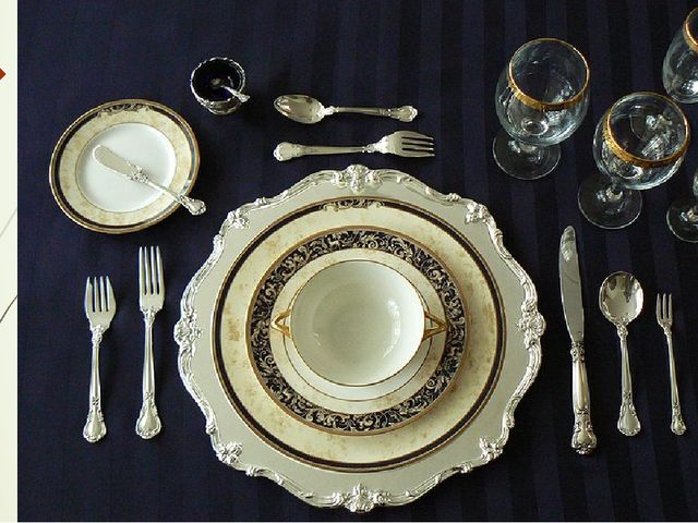 Слева выкладывают две или три вилки, а справа — ножи. Во время приема пищи ис...