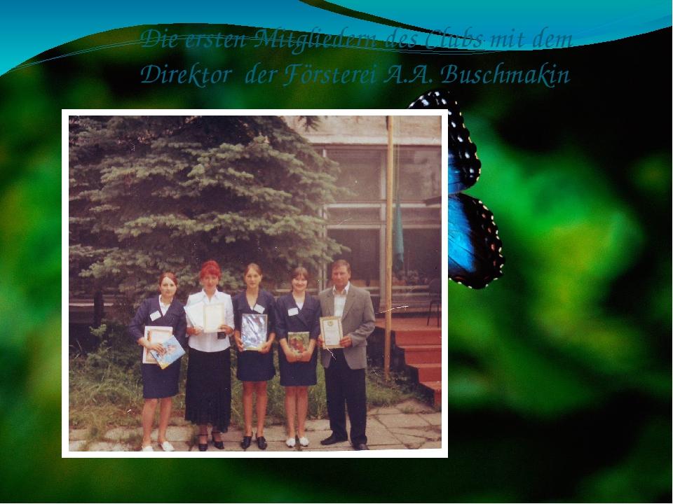 Die ersten Mitgliedern des Clubs mit dem Direktor der Försterei A.A. Buschmakin