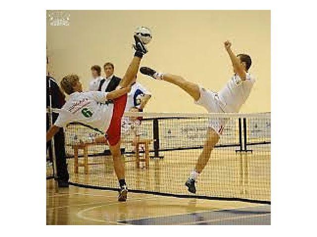 Члены футбольного клуба Славия Прага играли в «футбол над веревочкой», поздне...