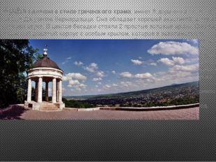 Эолова Арфа сделана в стиле греческого храма, имеет 8 дорических колонн, архи