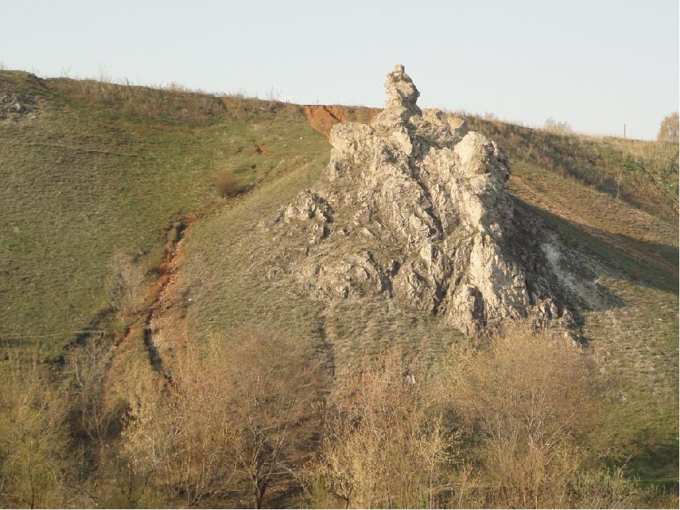 Богатырек представляет собой скалу-останец с небольшими вершинами, сложенную...