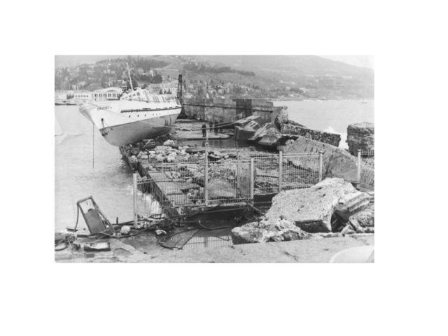 Разбитый мол после шторма 1969