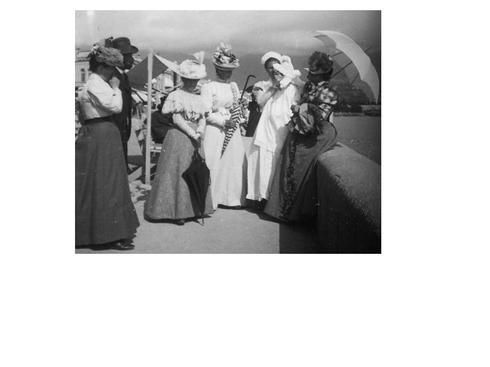 """Александровский сквер. За спиной у дам кабинки для """"дышания морем"""" за 5 коп...."""