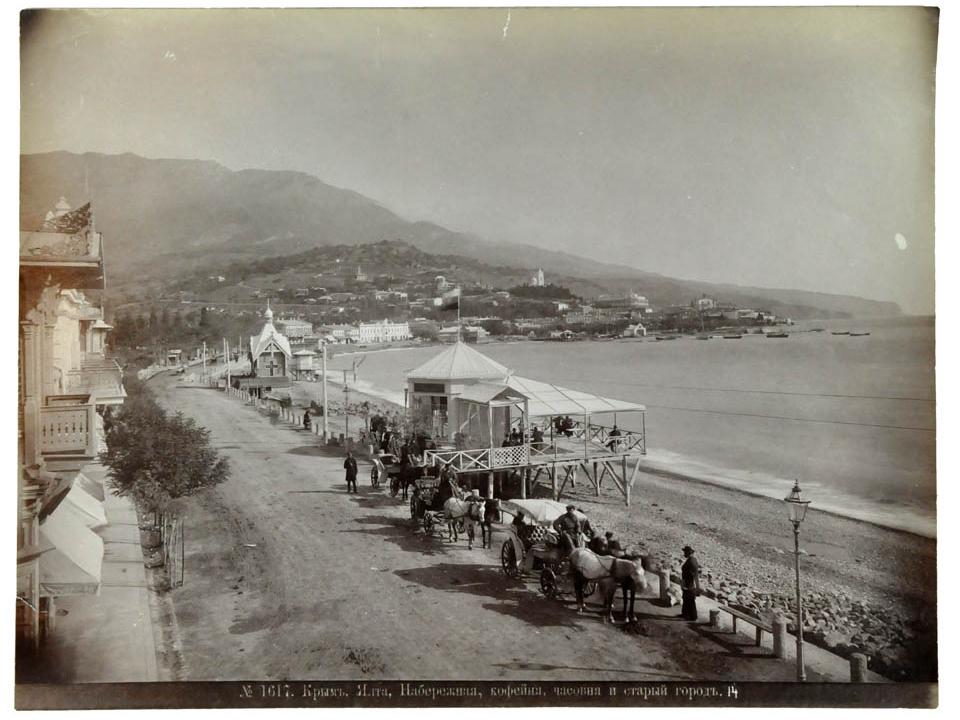 """""""Вид кофейни, часовни и старого города от набережной Ялты"""": 1880-е."""
