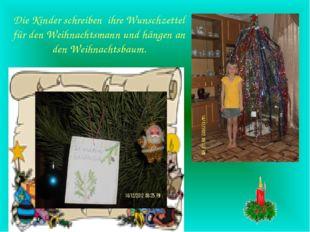Die Kinder schreiben ihre Wunschzettel für den Weihnachtsmann und hängen an d