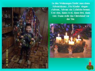 In den Wohnungen findet man einen Adventskranz..Die Kinder singen : «Advent,