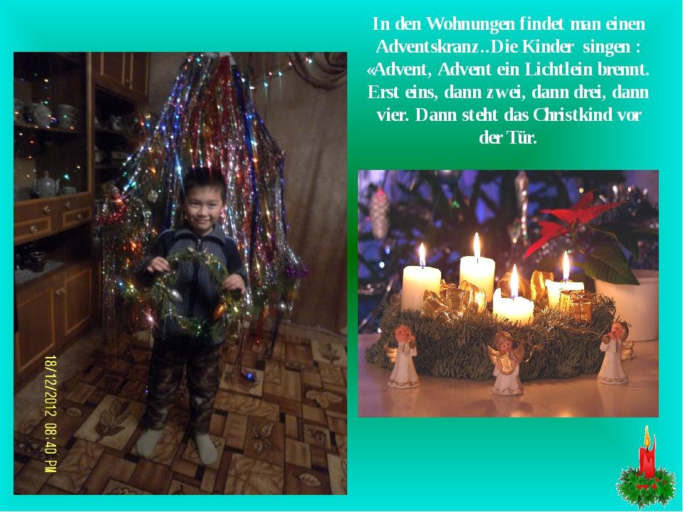 In den Wohnungen findet man einen Adventskranz..Die Kinder singen : «Advent,...