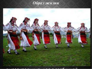 Образ жизни У крымских болгар преобладало мужское население. Семейная жизнь н
