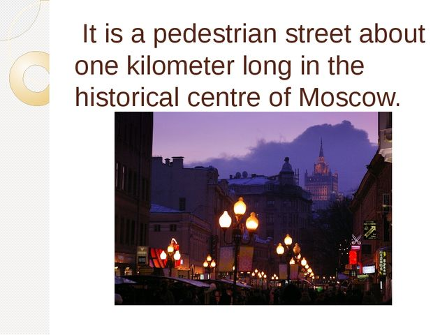 It is apedestrian streetabout one kilometer long in the historical centre...