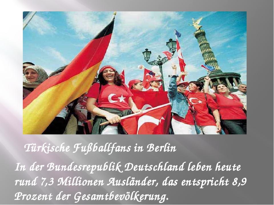 Türkische Fußballfans in Berlin In der Bundesrepublik Deutschland leben heute...