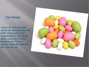 Die Kinder suchen die Eier und dann spielen sie Ostereierrollen, das heißt,