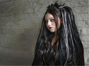 Характерной прической для обоих полов считаются длинные волосы, выкрашенные в