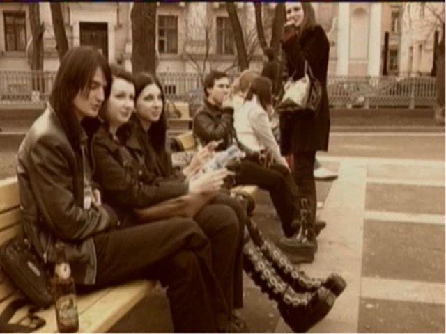 В самом конце 70-х панк-волна в Англии начала утихать, панк, стал видоизменят...