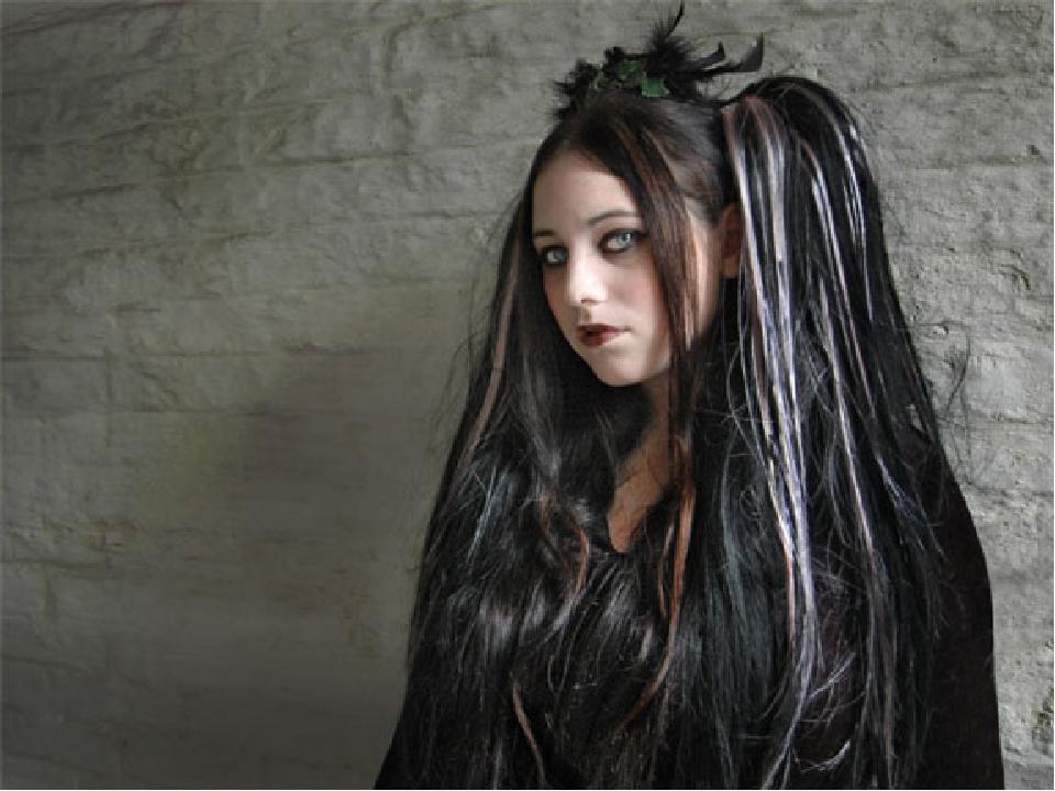 Характерной прической для обоих полов считаются длинные волосы, выкрашенные в...
