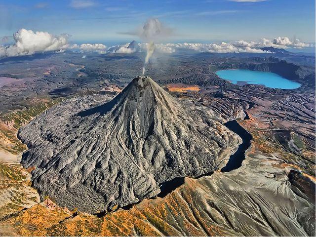 Вулкан Карымский - относительно низкий (1486 м) и молодой (6100 лет) – самый...