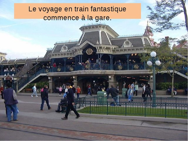 Le voyage en train fantastique commence à la gare.