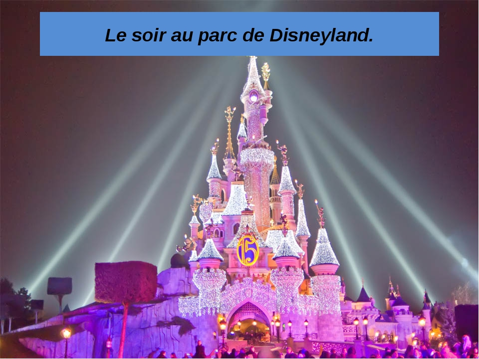Le soir au parc de Disneyland.