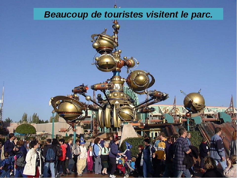 Beaucoup de touristes visitent le parc.