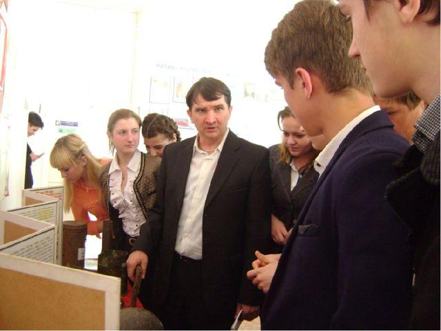 Учитель истории Ряскин В.Н. для учащихся школы рассказал о своей коллекции п...