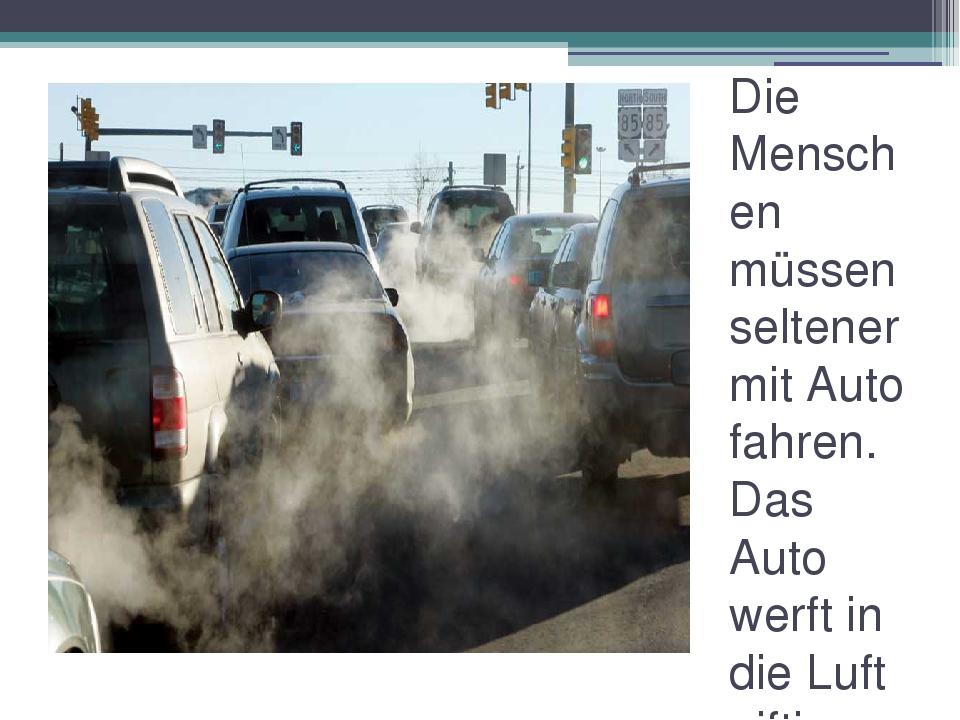 Die Menschen müssen seltener mit Auto fahren. Das Auto werft in die Luft gift...