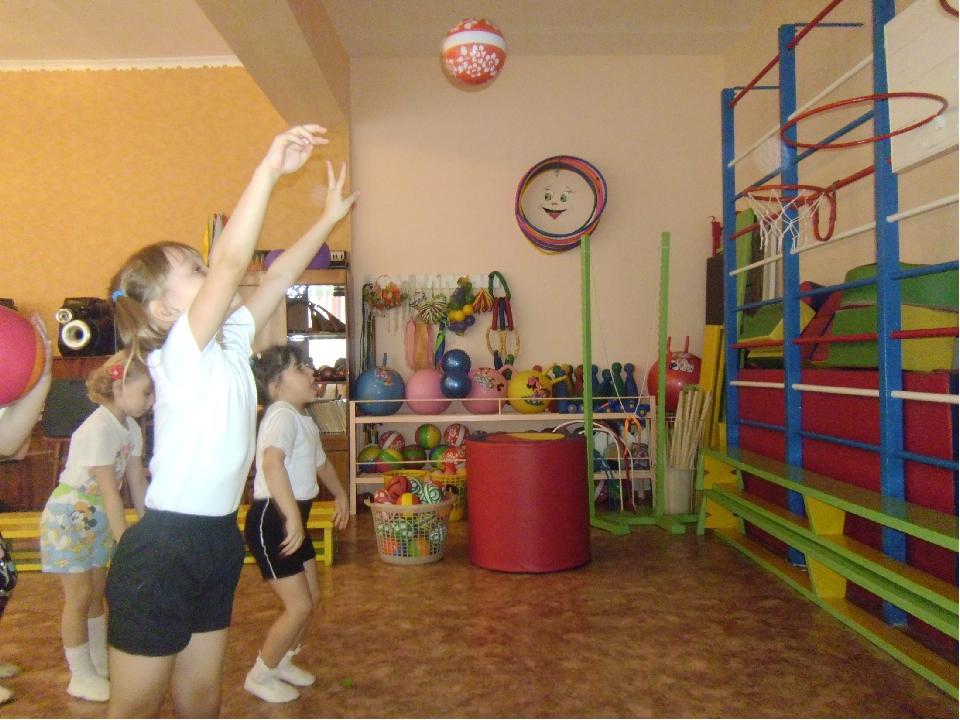 Бросать, катать, метать можно мячи большие и маленькие, резиновые и надувные