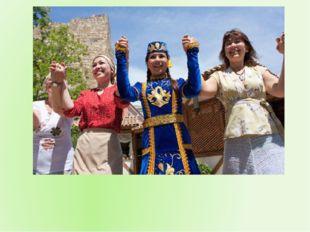 Весенний праздник завершается танцем «Хоран», в общем хороводе танцуют все у