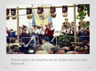 Danach spielen die Kapellen auf der Straße und im Festzelt Blasmusik.