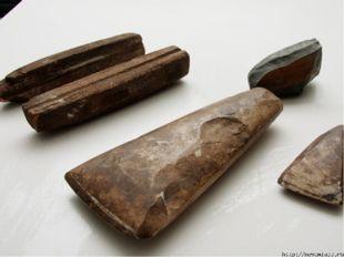 Но только люди умели заострять камни, чтобы с их помощью обтесывать дубины ил