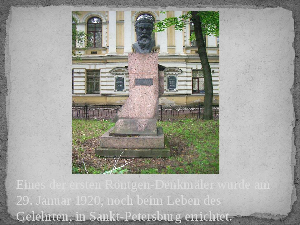 Eines der ersten Röntgen-Denkmäler wurde am 29. Januar 1920, noch beim Leben...