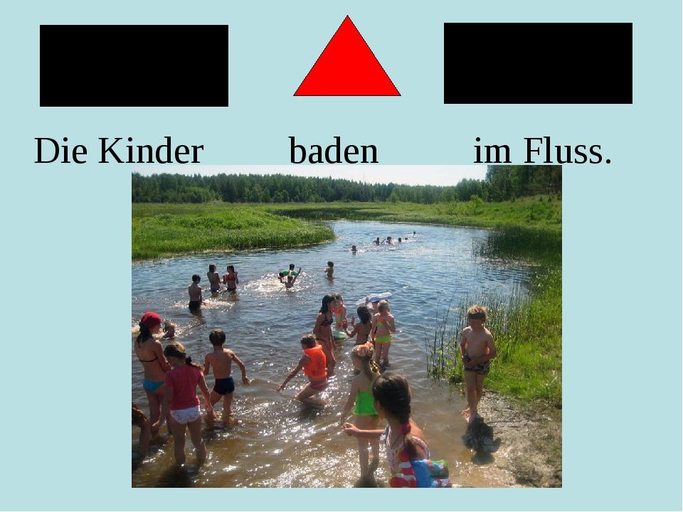 Die Kinder baden im Fluss.
