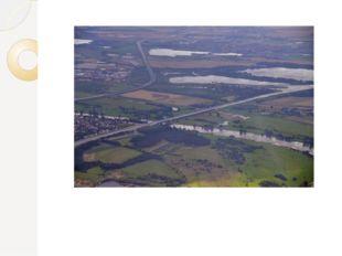 Длина Магдебургского моста – 918 метров, из которых 228 проходит над водой,