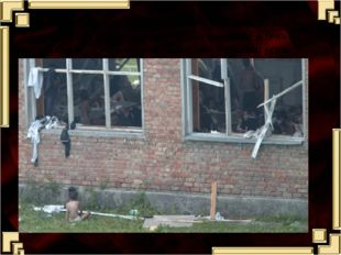 Через окно из спортзала перелезла маленькая девочка и упала возле стены школы